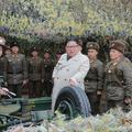 北朝鮮のチャンリン(昌麟)島の軍部隊を視察する金正恩(キム・