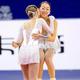 フィギュアスケートのグランプリシリーズ第3戦「中国杯」。女子シングルのフリースケーティング(FS)から。  写真は、前日ショートプログラム2位から逆転優勝を飾った、浅田真央(22歳)。表彰台で、2位のユリア・リプニツカヤ(ロシア)から祝福を受けた。 (撮影:フォートキシモト)  [2012年11月3日、中国・上海]  <strong>上位選手の得点は、以下のとおり。</strong>  1位:浅田真央(日本) 181.76点 2位:ユリア・リプニツカヤ(ロシア) 177.92点 3位:キーラ・コルピ(フィンランド) 169.86点 4位:長洲未来(米国)163.46点 5位:李子君(中国) 160.06点
