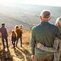 自然の中で家族を見ている抱擁された先輩夫婦