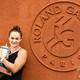 全仏オープンテニスの女子シングルスを制し、会場内でトロフィーを手に写真撮影に臨むアシュリー・バーティ(2019年6月9日撮影)。(c)Martin BUREAU / AFP