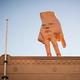 ウェリントンに設置された「巨大な手」のオブジェ/Elias Rodriguez/Mark Tantrum/City Gallery Wellington