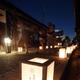 昨年の「富田林寺内町燈路」。行灯の光が古い町並みを包んだ=富田林市