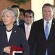 韓国の康京和外交部長官(前列左から2人目)と米国のマイク・ポンペオ国務長官(左から4人目)、日本の河野太郎外相(左から3人目)が昨年6月、ソウル外交部庁舎で開かれた韓日米外相会談のために入場している。キム・ギョンロク記者