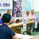 (写真)「教育のつどい」の分科会で書写と書教育をテーマに話し合う人たち=18日、滋賀県守山市