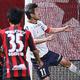 <札幌・横浜FC>前半、ゴールを狙う三浦(撮影・高橋茂夫)