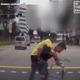 横断歩道を渡れずにいた年配の男性をおんぶする配達ドライバー【映像】