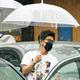 自ら傘を差しながら、送迎車に戻るキムタク。ラフなTシャツ姿でもサマになっているのはさすが
