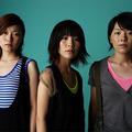 左から福岡晃子(ベース&コーラス)、橋本絵莉子(ギター&ヴォ