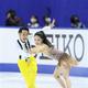 鮮やかな黄色のパンツスタイルで高橋(左)がアイスダンスデビュー。村元とともに納得のスタートを切った(撮影・門井聡)