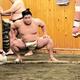 土俵周りで基礎運動する若隆景(日本相撲協会提供)