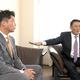 対談する新井氏(左)と金本氏
