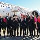 豪シドニー空港で、米ニューヨークからノンストップで到着したQF7879便の前で喜ぶカンタス航空のアラン・ジョイス最高責任者(CEO、中央)と乗務員ら(2019年10月20日撮影)。(c)AFP=時事/AFPBB News