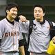 巨人で投手陣を支えた菅野(左)と澤村(2013年)