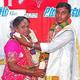 インド南部サレムで結婚式を挙げたソーシャリズムさん(右)とマムタ・バナジーさん(2021年6月13日撮影)。(c)AFP