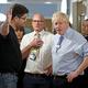 18日、ロンドンの病院でジョンソン英首相(手前右)に詰め寄る男性(同左)(AFP時事)