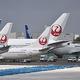 羽田空港に駐機している全日空と日本航空の旅客機=2020年4月(AFP時事)