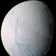 土星の衛星エンケラドゥスは近隣の衛星に雪を降らせることで輝かせていた