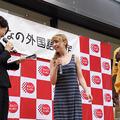(写真左)女性司会者は、メモを見ながら会話を行った