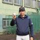 横浜商大・飯田琉斗投手は、全体練習再開日に日本一の目標を掲げ、習得中のフォークの握りを見せた(撮影・赤堀宏幸)