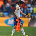 試合後オランダ代表ユニフォームを手にする中村俊輔 (photo by