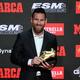 18-19シーズンの欧州ゴールデンシュー賞授賞式で、トロフィーとポーズをとるFCバルセロナのリオネル・メッシ(2019年10月16日撮影)。(c)Josep LAGO / AFP