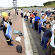 NPOのスタッフからブルーシートの張り方を教わる住民たち(21日午前10時49分、千葉県富津市で)=竹田津敦史撮影