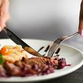 フォークとナイフで食事