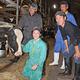 「なかしゅんべつ未来牧場」で搾乳に励む池田さん(手前左)。牛の一命を取り留めた経験は人生の財産になっている(北海道別海町で)