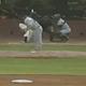 捕手が二塁に送球した後に驚愕のプレーが誕生(画像はスクリーンショットです)