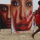 女性に対する暴力に反対するポスター=2016年、コパカバーナ海岸/Mario Tama/Getty Images