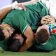 後半15分、トライを決めて祝福されるアイルランドのコンウェー(右)(22日)=冨田大介撮影