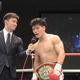 2回TKOで初防衛に成功した井上岳志(右)