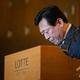 韓国・ソウルのロッテホテルで開かれた記者会見で、頭を下げ謝罪する韓国ロッテグループ辛東彬(シン・ドンビン、日本名:重光昭夫)会長(2015年8月11日撮影)。(c)AFP=時事/AFPBB News