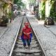 ベトナム首都ハノイの通称「トレインストリート」で、アメコミヒーロー「スパイダーマン」のコスチュームを着て線路の上に立つ子ども(2019年10月10日撮影)。(c)Nhac NGUYEN / AFP