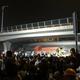 中国・江蘇省の無錫市で、高架橋が崩落した現場に集まった人々(2019年10月10日撮影)。(c)AFP=時事/AFPBB News