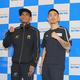 予備検診を終えてポーズをとる井岡一翔(右)とアストン・パリクテ
