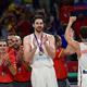 バスケットボールスペイン代表のパウ・ガソル(中央、2017年9月11日撮影)。(c)OZAN KOSE / AFP