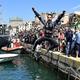 世界ラリー選手権第8戦、ラリー・イタリア最終日。海に飛び込んで優勝を喜ぶヒュンダイのダニ・ソルド(2019年6月16日撮影)。(c)Andreas SOLARO / AFP