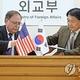 2月10日、ソウルで在韓米軍駐留経費負担に関する特別協定に仮署名する張氏(右)とベッツ氏(外交部提供)=(聯合ニュース)≪転載・転用禁止≫