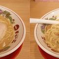 スプーンに油の膜が張るほど、ドロリ...。麺や肉からスープが絡