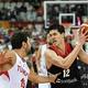 FIBAバスケットボール・ワールドカップ、グループE、トルコ対日本。ボールを持つ渡邊雄太(右、2019年9月1日撮影)。(c)HECTOR RETAMAL / AFP