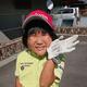 9月のゴルフ5レディスで「史上最年少ラウンドリポーター」を務めた時の須藤弥勒さん。優勝した小祝さくらにサイン入り手袋をプレゼントされ、笑顔を見せた