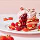 """ザ ストリングス 表参道から苺たっぷり""""ピンク""""のパンケーキ、中にはベリーソースがとろり"""