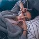 """週末に平日より2時間長く寝る人は""""睡眠負債"""""""