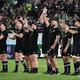 ラグビーW杯日本大会・準々決勝、ニュージーランド対アイルランド。試合に勝利し、喜ぶニュージーランドの選手(2019年10月19日撮影)。(c)Anne-Christine POUJOULAT / AFP