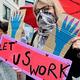 ドイツ・ベルリンにある連邦参議院(上院)の建物付近で行われた抗議デモで、売春業の再開を求める性労働者たち(2020年7月3日撮影)。(c)John MACDOUGALL / AFP