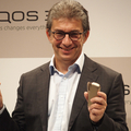「iQOS」の新モデルを発表するPMIのアンドレCEO