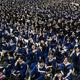 中国・武漢の華中師範大学で行われた卒業式に出席する学生たち(2021年6月13日撮影)。(c)STR / AFP