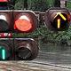 右左折を示す青信号の横に、見慣れぬ黄色の矢印も……=2019年6月30日午後4時52分、熊本市中央区花畑町の交差点、井岡諒撮影