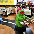 配膳専門のロボット。店内には床にラインが描かれており、これに